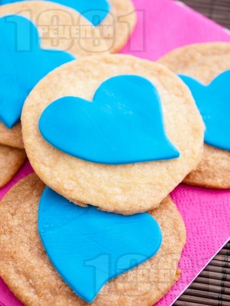 Лесни домашни маслени бисквити с украса от захарно тесто - снимка на рецептата